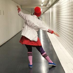 Klovni kulkee käytävällä tanssahdellen, oikea jalka ojennettuna niin, että oikeasta jalasta vain varpaat koskevat lattiaan